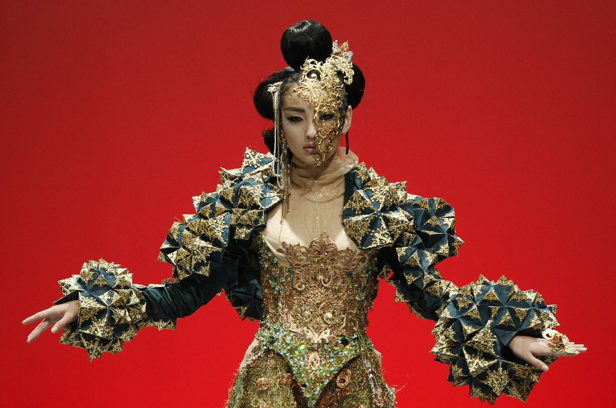 "A model presents a creation by Chinese designer Guo Pei in ""The Arabian 1002th Night"" show during Fashion Week in Singapore. (Edgar Su/Reuters photo)"
