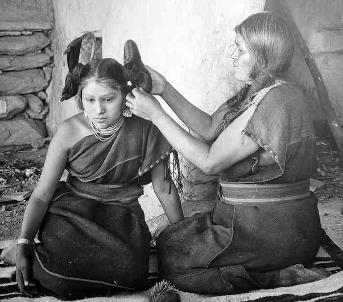 1024px-hopi_woman_dressing_hair_of_unmarried_girl