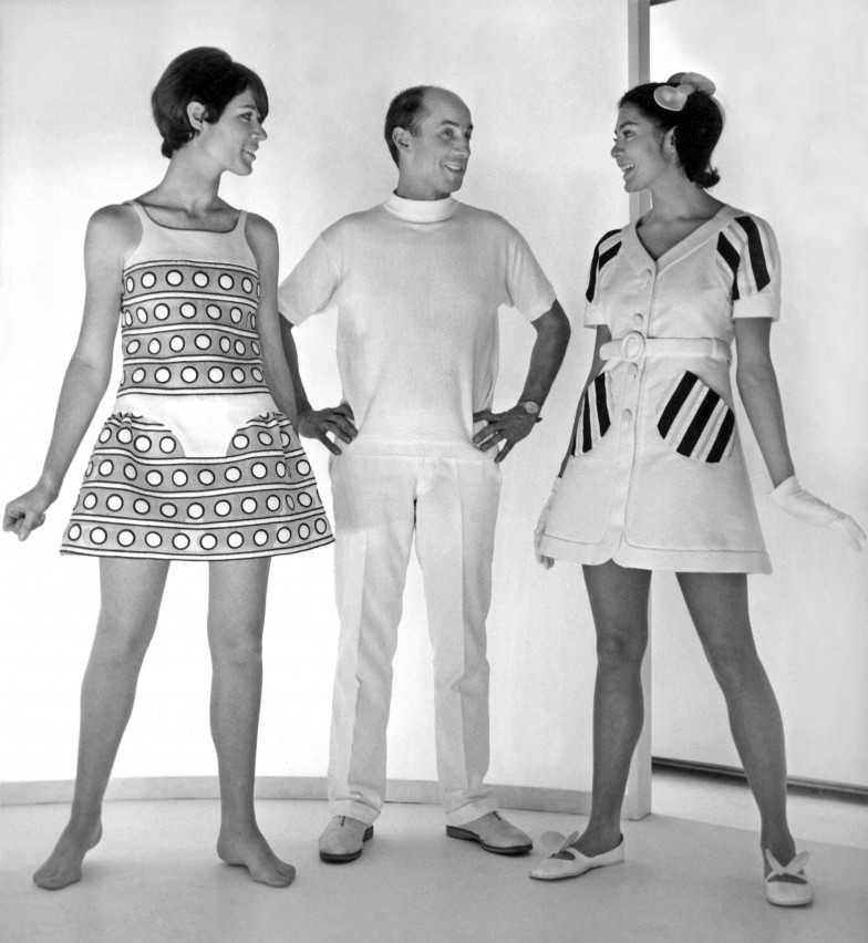 Le couturier Andre Courreges et ses creations de la collection printemps ete 1968 presentee le 26 janvier 1968 --- Andre Courreges and his creations on january 26, 1968 *** Local Caption *** Andre Courreges and his creations on january 26, 1968