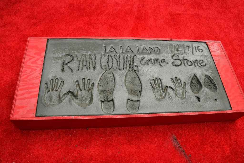 ryan-gosling-emma-stone-hand-footprint-ceremony-2